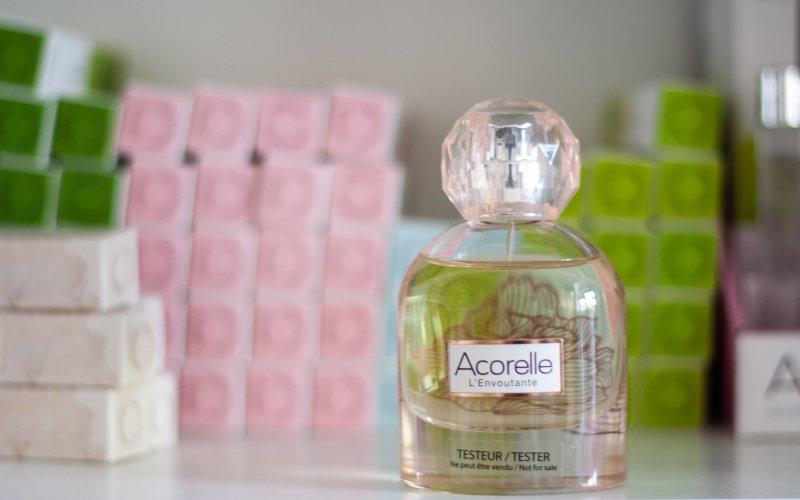 Nová vůně Acorelle l´Envoutante se svou výslednou kompozicí přibližuje kvalitě konvenčních parfémů.