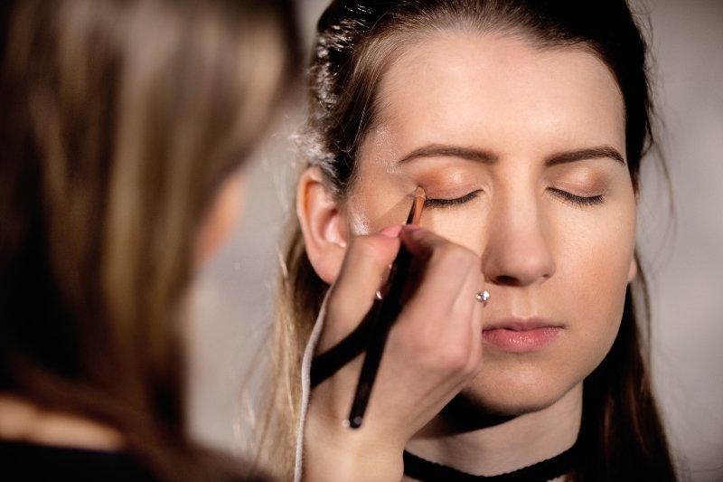 Vyzkoušejte krémové oční stíny. Líčení je hotové během několika vteřin. Foto: Kateřina Nevřelová