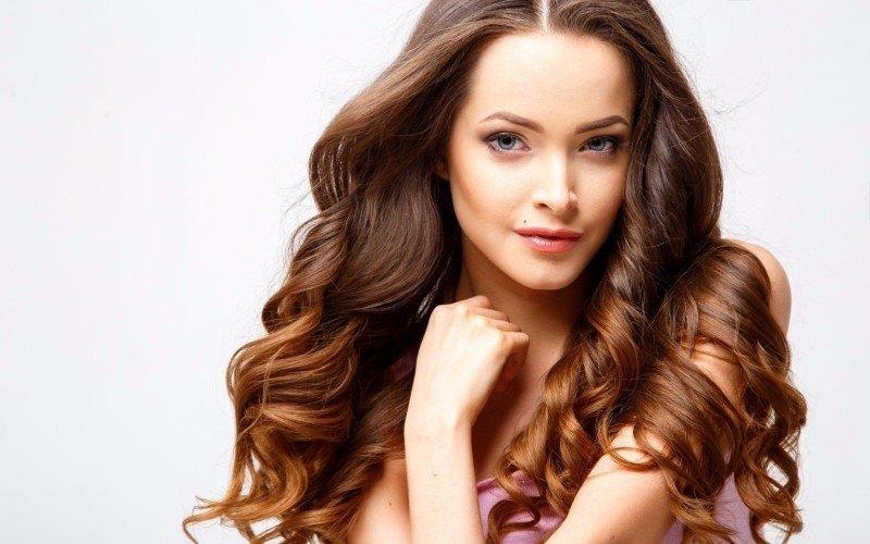 Prodloužení a zahuštění vlasů je hodně oblíbené. Zdroj: Daria_Cherry/ Shutterstock, Inc.