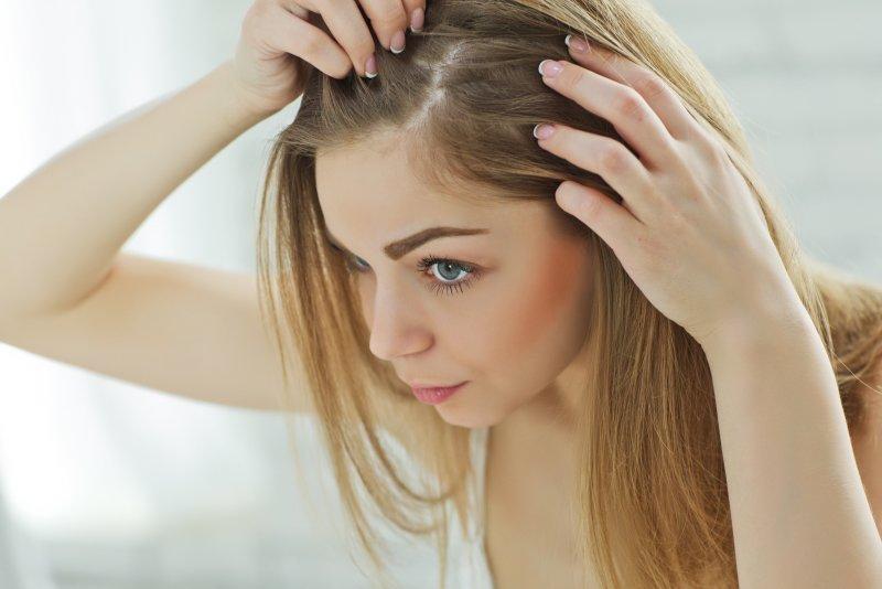 Vlasová kosmetika s kofeinem podpoří růst vlasů. Zdroj: Nina Buday / Shutterstock, Inc.