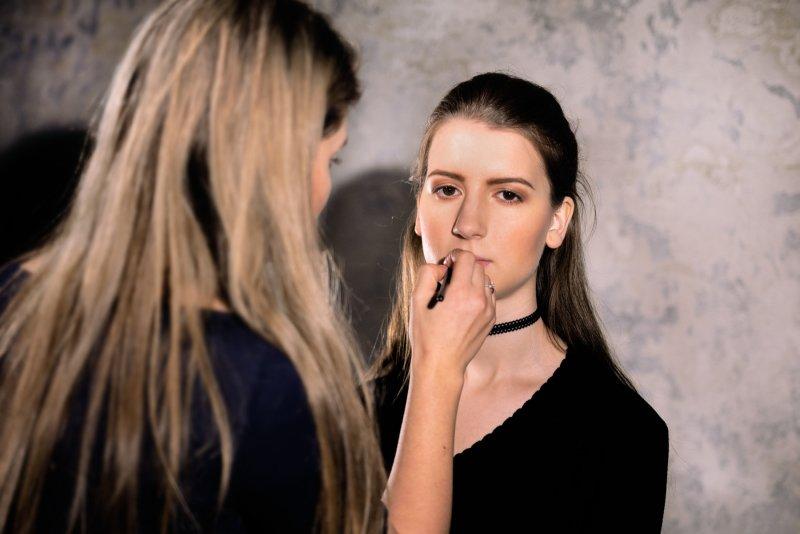 S krémovou tvářenkou vykouzlíte jemný efekt i výraznější líčení. Záleží na tom, jestli jí aplikujete prstem nebo štětcem. Foto: Kateřina Nevřelová