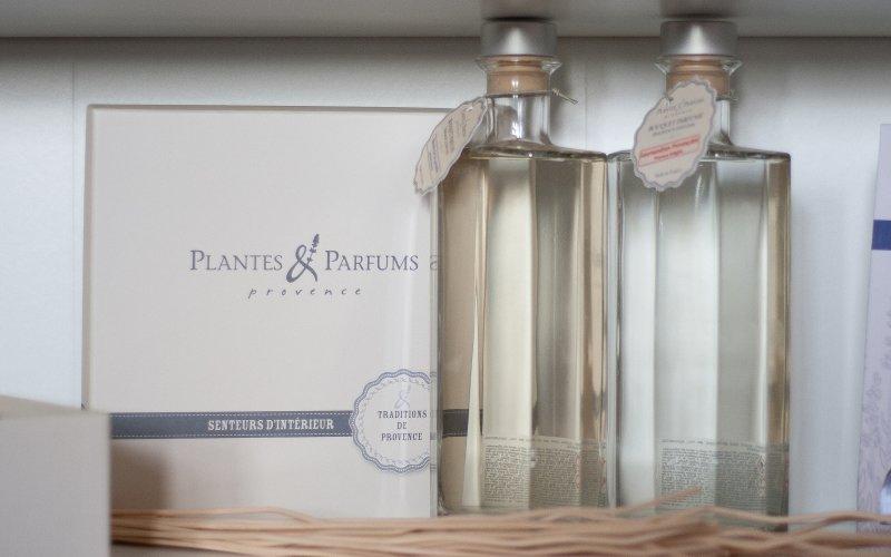 Existují i přírodní parfémy do bytu – například od značky Plantes Parfums.