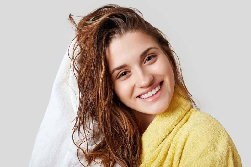 Prodloužené vlasy můžete běžně fénovat i žehlit. Zdroj: StoryTime Studio / Shutterstock, Inc.