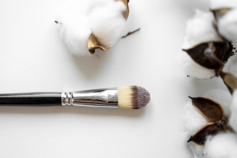Plochý štětec využijete na nanášení masky a na make-up.
