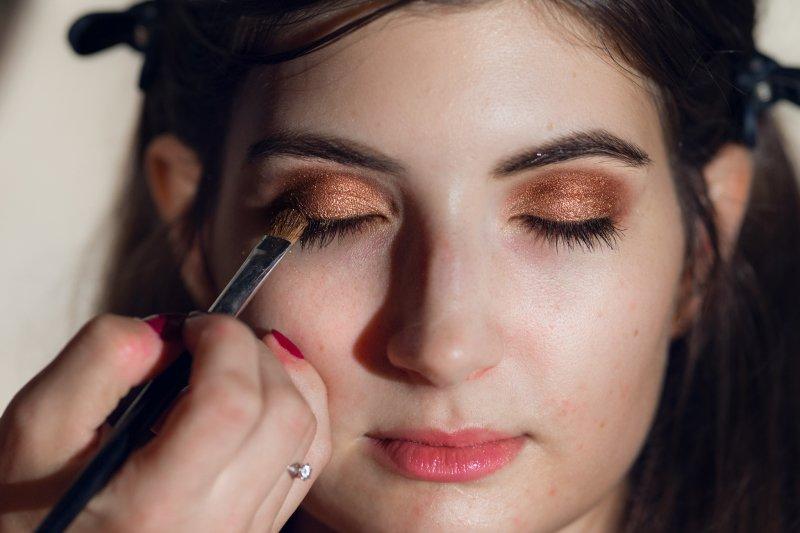 U večerního make-upu začnete líčit nejdřív oči. Opadané stíny pak jednoduše odlíčíte aniž byste zničila už nanesený podklad. Foto: Kateřina Nevřelová