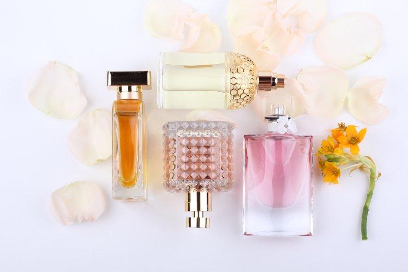 Parfémy nenechávejte na světle. Zdroj: Kolomiec / Shutterstock, Inc.