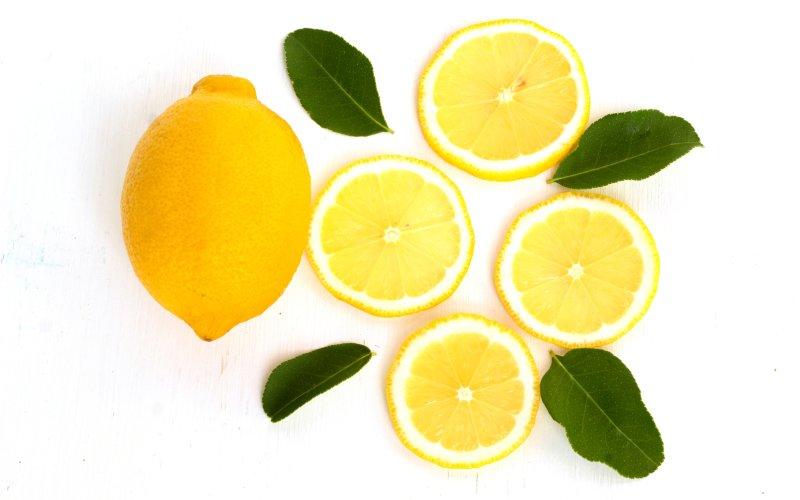 S citronem buďte při bělení zubů opatrní. Zdroj:  Theeranad Duangbanyang / Shutterstock, Inc.