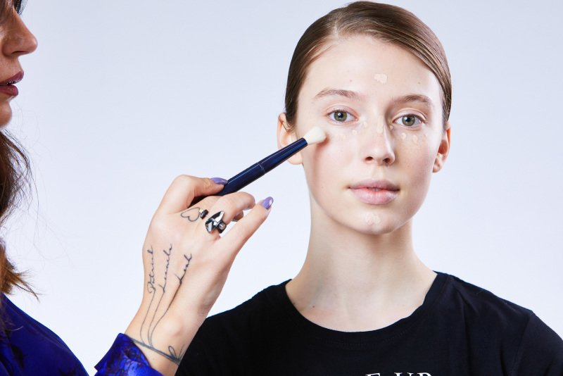 Korektor by měl být maximálně o půl odstínu světlejší než make-up. Zdroj: Redakce