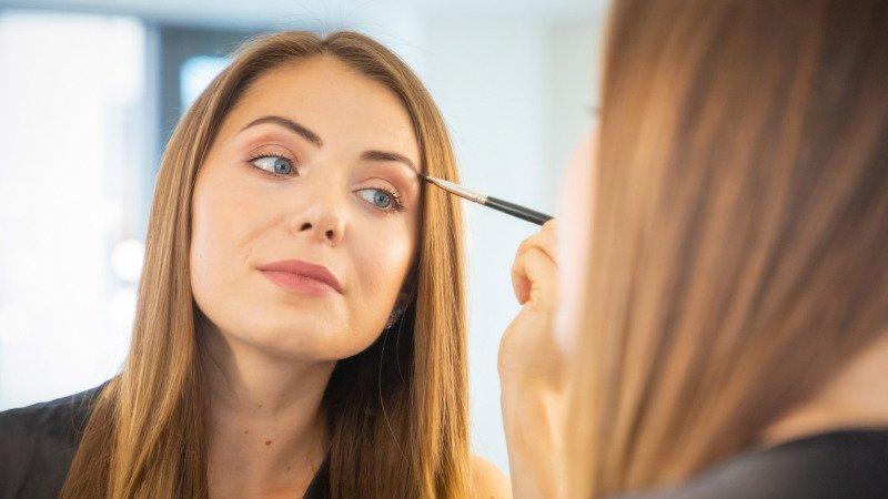 Pro zralou pleť volte jemný make-up s většími krycími vlastnostmi. Zdroj: Canva