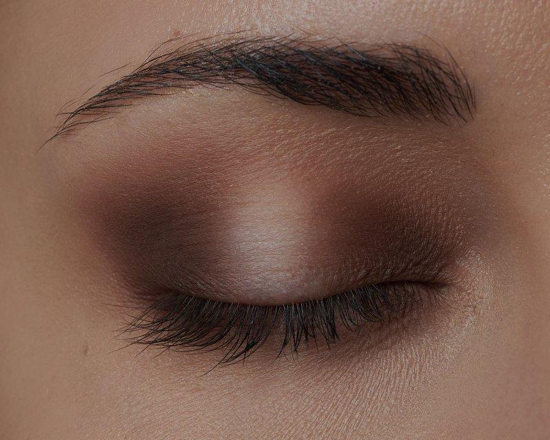 Když chcete vytvořit halo eyes, střed víčka musí být světlejší než koutky
