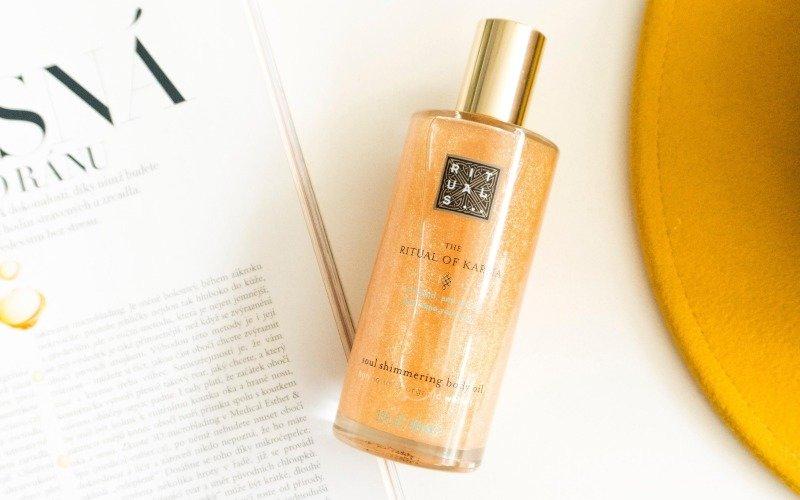 Třpytivý olej jako stvořený na léto: rychle se vstřebá a zanechá nádherně hebkou pokožku.