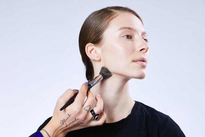 Make-up zapracujte důkladně na celý obličej. Zdroj: Redakce
