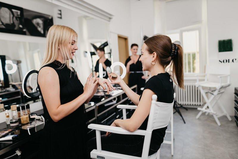 Poraďte se s předními školiteli vizážistických kurzů. Zdroj: Make Up Institute Prague