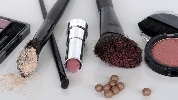 Na denní líčení vám bude stačit jen několik málo produktů. Zdroj: makeup.cz